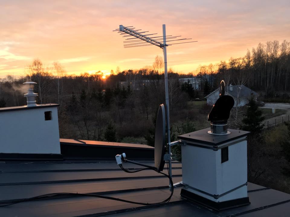 Montaż anteny satelitarnej i naziemnej na obejmie kominowej